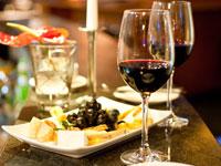 Bei einem guten Glas Wein und einer leckeren Speise können Sie sich auf Ihrer Weinreise entspannen.