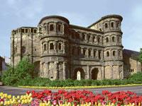 Die Porta Nigra in Trier ist eines der ältesten Gebäude der Stadt an der Mosel.