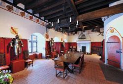 Die Burg Eltz erscheint wie eine richtige Ritterburg und hat bis heute viele Rüstungen in ihrem Besitz.