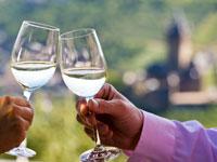 Auf den Weinfesten kann der Wein aus den Mosel-Weinbergen verköstigt werden.